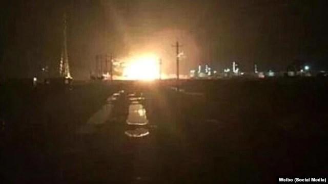 Hình ảnh cho thấy một quả cầu lửa khổng lồ bốc lên từ một khu công nghiệp ở Đông Doanh, tỉnh Sơn Đông, Trung Quốc, tối ngày 31/8/2015.