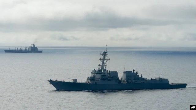 Tàu khu trục trang bị tên lửa dẫn đường USS William P. Lawrence chờ tiếp nhiên liệu từ một tàu chở dầu (phía trên) ngoài khơi Coronado, California, ngày 20/1/2016. Bộ Quốc phòng Mỹ phái chiến hạm này thực hiện một cuộc hành quân vì tự do hàng hải ở Biển Đông hôm 10/5/2016.