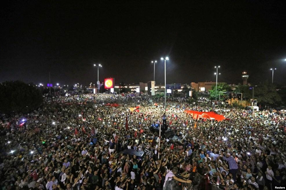 Une foule manifeste devant l'aéroport international Ataturk lors d'une tentative de coup à Istanbul, Turquie, 16 juillet 2016.