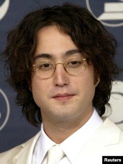 Sean Lennon, putra mendiang anggota Beatles John Lennon, di belakang panggung pada Grammy Awards tahunan ke-46 di Los Angeles 8 Februari 2004. (Foto: Reuters)