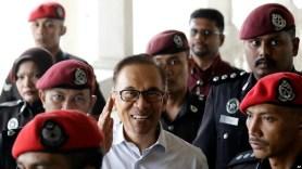 រូបឯកសារ៖ អតីតឧបនាយករដ្ឋមន្ត្រីនិងជាមេដឹកនាំក្រុមប្រឆាំង លោក Anwar Ibrahim ត្រូវបានយកមកតុលាការនៅទីក្រុងគូឡាឡាំពួ កាលពីឆ្នាំ២០១៧។