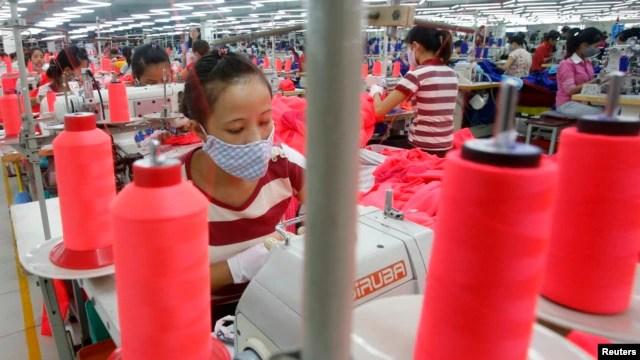 Người lao động làm việc tại nhà máy Singlun Star có vốn đầu tư của Singapore, ngoại ô Hà Nội.