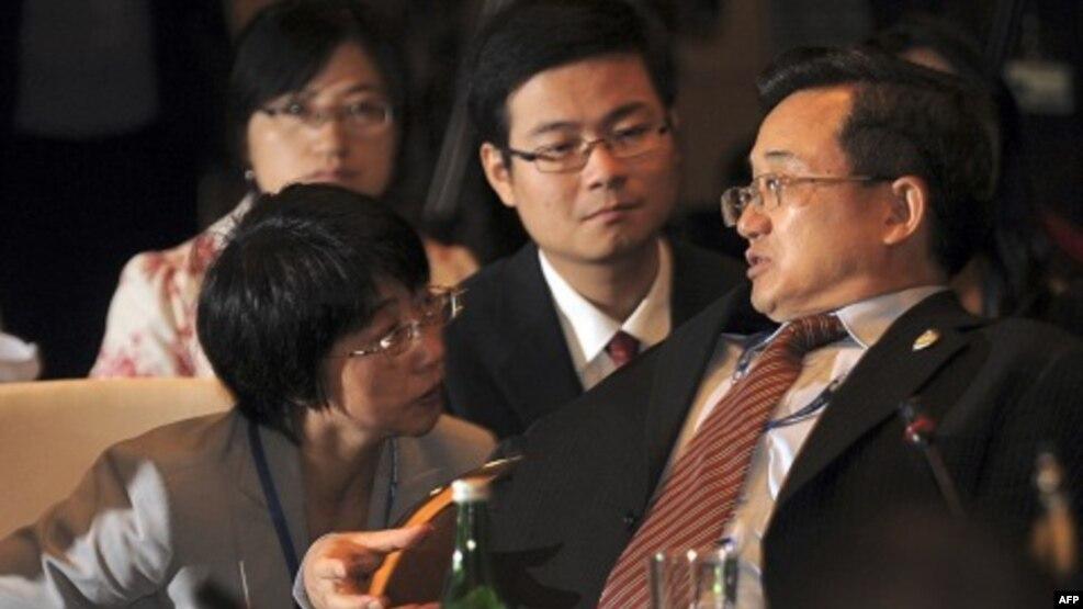 Trợ lý Ngoại trưởng Trung Quốc Lưu Chấn Dân (phải) tại hội nghị ASEAN ở Bali, ngày 20 tháng 7 năm 2011.