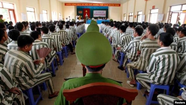 Tù nhân ngồi chờ được phóng thích khỏi trại giam Hoàng Tiến, khoảng 100 km từ Hà Nội, (ảnh chụp ngày 30/8/2013).