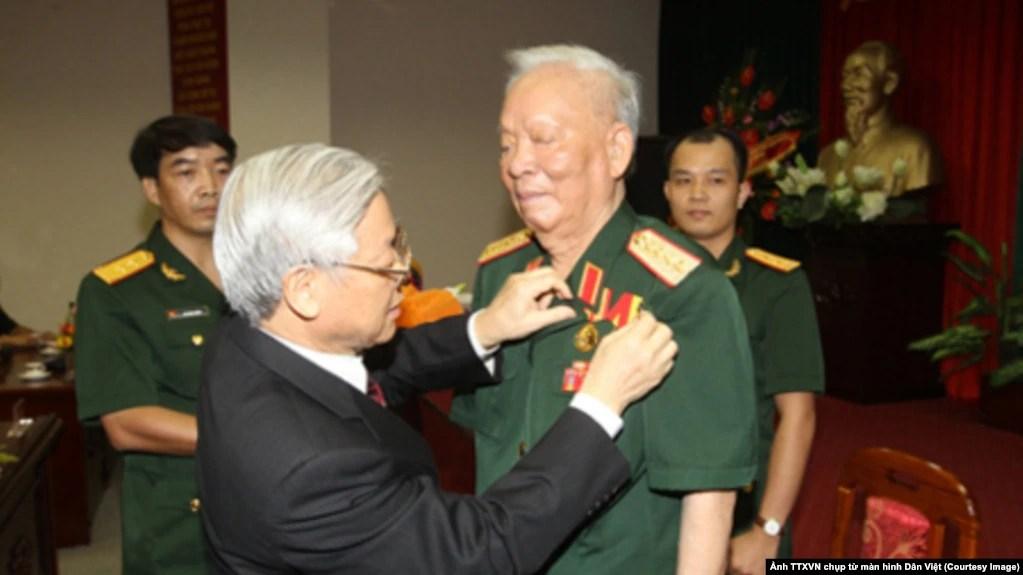 Năm 2013, Tổng Bí thư Nguyễn Phú Trọng đã trao Huy hiệu 75 năm tuổi Đảng cho Đại tướng, nguyên Chủ tịch nước Lê Đức Anh. Vị chủ tịch nước thứ 4 của Việt Nam vừa qua đời hôm 22/4. (Ảnh TTXVN chụp từ màn hình Dân Việt)