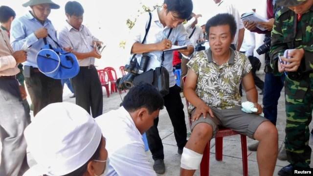 Ngư dân Việt Nam bị tàu Trung Quốc đâm chìm gần Hoàng Sa hôm 29/4/2014 được điều trị y tế trên đảo Lý Sơn.
