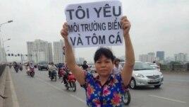 """Bà Cấn Thị Thêu xuống đường """"đòi biển sạch cho tôm cá""""."""