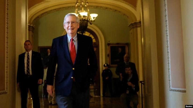 Lãn hđạo Khối Đa số Cộng hòa Thượng viện Mitch McConnell rời sàn Thượng viện trong một cuộc tranh luận về dự luật cải tổ thuế của phe Cộng hòa ở Washington, ngày 2 tháng 12, 2017.