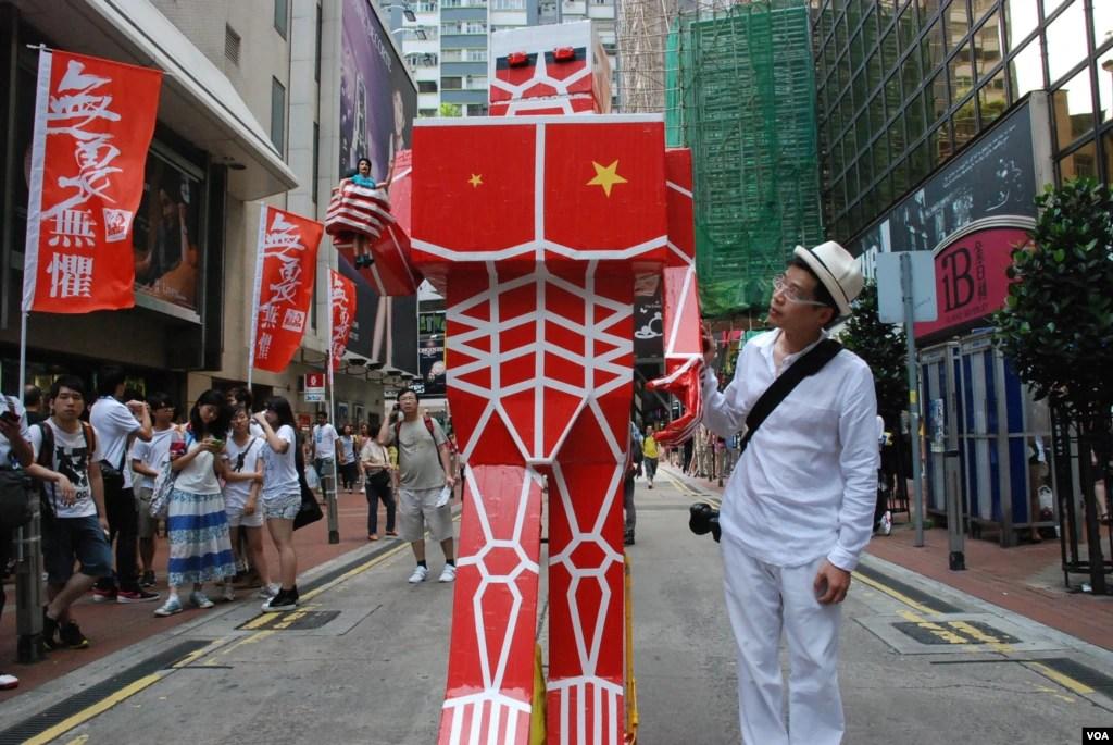 香港數十萬人不畏颱風 冒雨參加七一大遊行