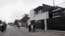 Các nhà báo đứng bên ngoài ngôi nhà nơi Omar Trevino, trùm băng đảng ma túy Zetas, bị các lực lượng liên bang bắt giữ ở San Pedro Garza, gần Monterrey, 4/3/2015.