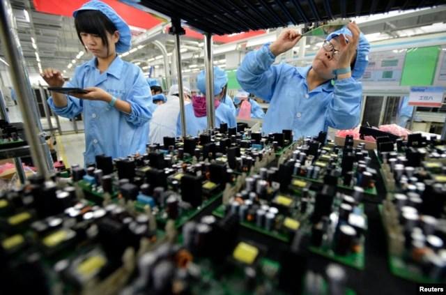 Công nhân làm việc tại nhà máy ở Vũ Hán, tỉnh Hồ Bắc, Trung Quốc.