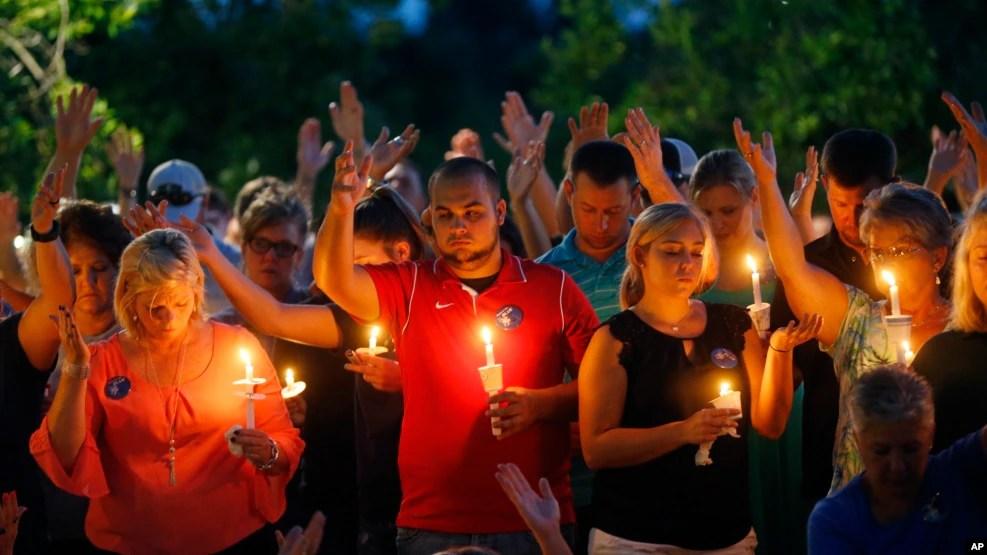 Người dân thắp nến cầu nguyện cho các sĩ quan cảnh sát bị bắn chết tại Baton Rouge, ngày 18/7/2016.