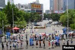 چین کے شہر گوانگ ژو میں ویکیسن لگانے کے ایک مرکز کے باہر لمبی قطار میں لوگ اپنی باری کا انتظار کر رہے ہیں۔