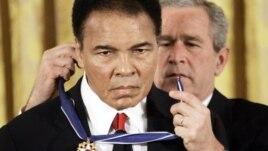 Tổng thống George W. Bush trao tặng Huân chương Tự do Tổng thống cho võ sĩ Muhammad Ali tại Tòa Bạch Ốc, ngày 9 tháng 11 năm 2005.