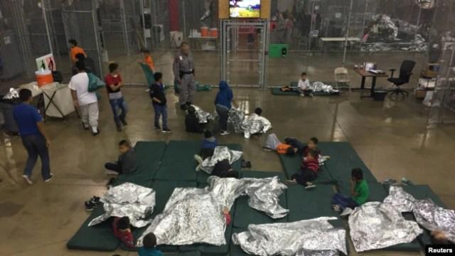 Una vista dentro del centro de detención de Aduanas y Protección Fronteriza de EE. UU. Muestra a los niños en el Centro de Procesamiento Centralizado del Valle del Río Grande en Rio Grande City, Texas, junio 17, 2018.