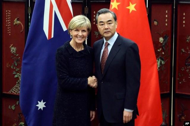 Ngoại trưởng Trung Quốc Vương Nghị trong cuộc họp báo chung với Ngoại trưởng Australia Julie Bishop tại Bắc Kinh, ngày 17/2/2016. Ông Vương tuyên bố Trung Quốc có quyền thiết lập cơ sở quân sự trên những hòn đảo ở Biển Đông.