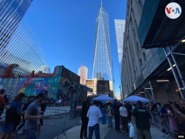Familiares de las víctimas del 11-S llegan a la Zona Cero, cada uno recibe una cinta azul, luego de que sus invitaciones son verificadas, el 11 de septiembre de 2021. [Foto: Celia Mendoza]