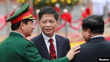 Bộ trưởng Bộ Công Thương Trần Tuấn Anh (giữa) tại lễ đón Thủ tướng Lào tại Phủ Chủ tịch ở Hà Nội, ngày 15/5/2016.