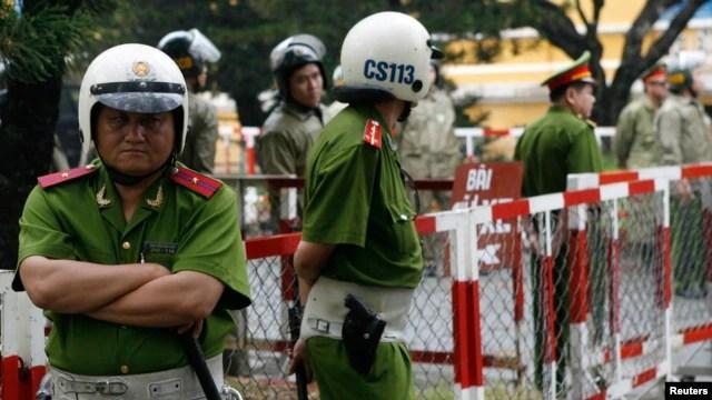 Cảnh sát đứng gác bên ngoài Toà án nhân dân TPHCM.