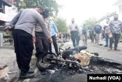 Sebuah sepeda motor terbakar habis dalam aksi demo menolak Omnibus Law di Yogyakarta, Kamis, 8 Oktober 2020. (Foto: VOA/ Nurhadi)