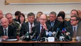 Thủ tướng Ukraine Arseniy Yatsenyuk (giữa) trong một phiên họp với các nhà lãnh đạo vùng ở Donetsk, Ukraine, 11/4/14