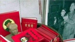 """1999年上海裏弄擺攤出售的文革遺物:毛澤東和林彪照片,所謂""""紅寶書"""""""