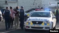 Polisi menahan seorang pria setelah insiden penikaman di supermarket Countdown, di Dunedin, Selandia Baru, 10 Mei 2021 dalam tangkapan layar yang diambil dari sebuah video. (Otago Daily Times via REUTERS)