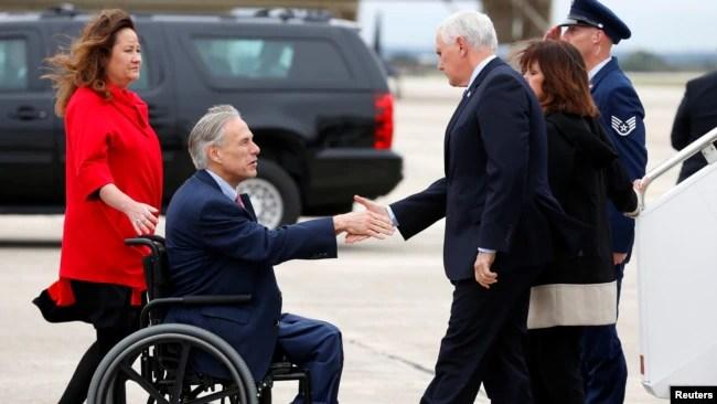 El gobernador de Texas, Greg Abbott (izq.), saluda al vicepresidente Mike Pence a su llegada a la Base Randolph de la Fuerza Aérea en San Antonio, Texas, Nov. 8, 2017.