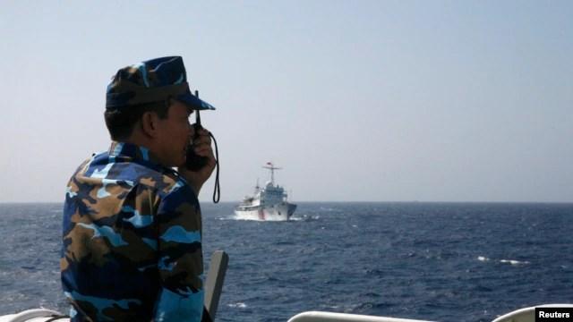 Cảnh sát biển Việt Nam giám sát một chiếc tàu của Trung Quốc trong khu vực Biển Đông, khoảng 210 km (130 dặm) ngoài khơi bờ biển Việt Nam (Ảnh chụp ngày 15/5/2014).