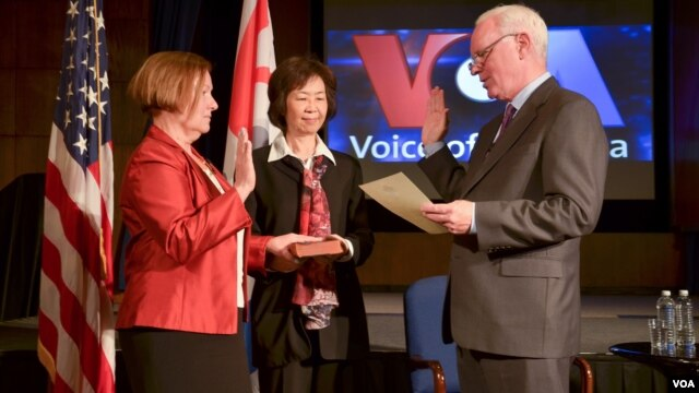 Amanda Bennett (L) sworn in by BBG CEO John Lansing (R) as VOA Director. Assoc. Director for Language Programming Kelu Chao (C)