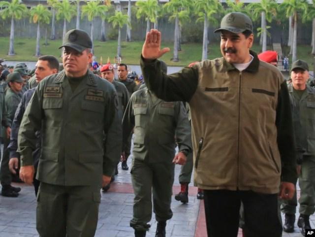 El presidente de Venezuela, Nicolás Maduro (derecha), acompañado por su ministro de Defensa Vladimir Padrino Lopez, saluda a su llegada al Fuerte Tiuna, en Caracas, Venezuela, el 2 de mayo de 2019.