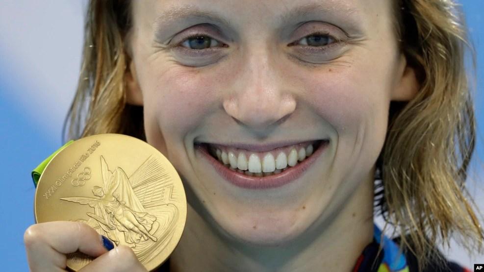 Kình ngư Katie Ledecky của tuyển Mỹ khoe tấm huy chương vàng 800 mét tự do của mình tại Thế vận hội mùa hè 2016, thứ sáu ngày 12 tháng 8, 2016, Rio de Janeiro, Brazil.