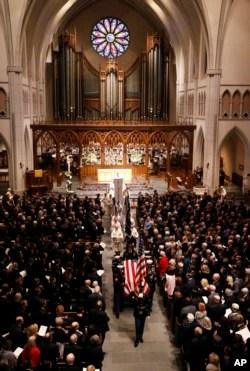 El ataúd cubierto por la bandera del ex presidente George H.W. Bush es llevado por una guardia de honor militar de servicios conjuntos de la Iglesia Episcopal de San Martín el jueves 6 de diciembre de 2018, en Houston.