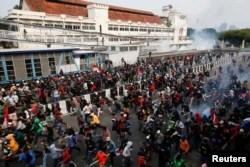 Demonstran yang melakukan protes terhadap UU Cipta Kerja di Jakarta, 8 Oktober 2020. (Foto: REUTERS/Willy Kurniawan)