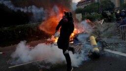 Violencia en las calles de Hong Kong en el Día de China