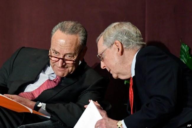 El líder de la minoría demócrata en el Senado, Charles Schumer (izq.) conversa con el líder de la mayoría republicana, senador Mitch McConnell, durante el debate sobre inmigración en el Capitolio, en Washington, el 13 de febrero de 2018.