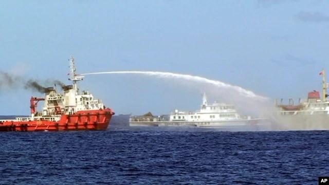 Ảnh do Cảnh sát biển Việt Nam công bố cho thấy tàu Trung Quốc (trái) dùng vòi rồng phun thẳng vào tàu Việt Nam, ngày 7/5/2014.