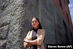 Samantha Maltais, dari New Bedford, seorang mahasiswa Hukum Harvard yang masuk, Selasa, 25 Mei 2021, di New Bedford. (Foto: AP/Steven Senne)