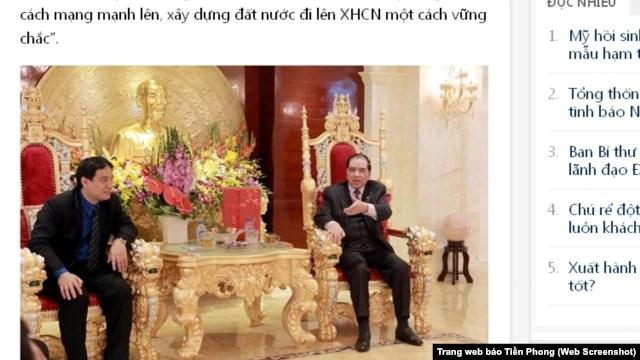 Bức ảnh làm 'dậy sóng' dư luận: Nguyên Tổng bí thư Nông Đức Mạnh ngồi trên chiếc ghế chạm trổ đầu rồng nói chuyện với Bí thư thứ nhất Trung ương Đoàn Nguyễn Đắc Vinh (Ảnh chụp từ trang web báo Tiền Phong).