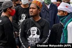 Para pendukung Rizieq Shihab, pemimpin Front Pembela Islam (FPI), berkumpul di Masjid Baiturrahman Banda Aceh, 8 Desember 2020, setelah enam pendukung FPI tewas tertembak di dekat Jakarta.(Foto: AFP)