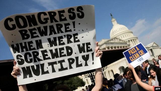 Nhân viên liên bang bị cho nghỉ việc biểu tình phản đối bên ngoài Trụ sở Quốc hội Mỹ, yêu cầu chấm dứt việc đóng cửa chính phủ, ngày 4/10/2013. Uy tín của Quốc hội Hoa Kỳ ngày càng sụt giảm.