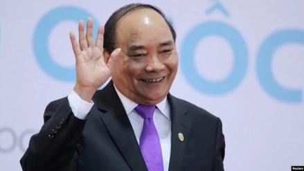 Ông Phúc vẫy tay chào sau khi tham dự một cuộc họp báo về Hội nghị thượng đỉnh các nước Campuchia, Lào, Myanmar, Việt Nam lần thứ 8 ở Hà Nội hôm 26/10.