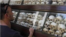 Một du khách nhìn vào những bộ xương của hơn 8.000 nạn nhân của chế độ Khmer Đỏ trưng bày tại Choeung Ek, ngoại ô Phnom Penh ngày 02/7.