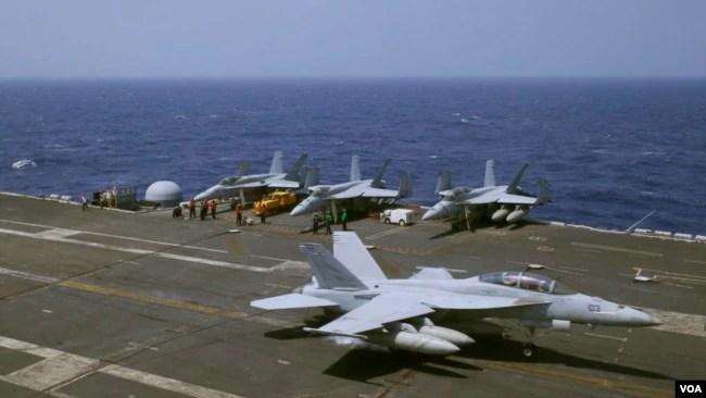 Chiến đấu cơ hải quân F18 của Mỹ hạ cánh trên tàu sân bay USS Carl Vinson trong cuộc tuần tra trên biển Đông vào tháng 3 vừa qua.