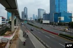 Jalan-jalan di Jakarta tampak sepi setelah penerapan Pembatasan Sosial Skala Besar (PSBB) di tengah wabah virus corona (COVID-19), Jumat, 10 April 2020. (Foto: AFP)