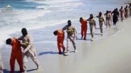 Hình ảnh chụp lại từ video hôm 19/4/2015 cho thấy những chiến binh IS đang dẫn những người được cho là Ki-tô hữu Ehiopia đi hành hình ở bờ biển ở Wilayat Barqa.