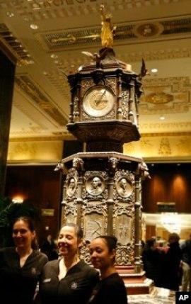 Karyawan spa di hotel Waldorf Astoria berpose di depan jam ikonik itu (AP)