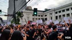 """参加""""噪音抗议""""活动的大学生们。(2016年11月24日, 美国之音朱诺拍摄)"""