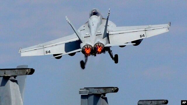 Chiến đấu cơ Super Hornet F/A-18 của Hải quân Mỹ cất cánh từ boong tàu sân bay USS George Washington trong một cuộc tập trận ở Thái Bình Dương.