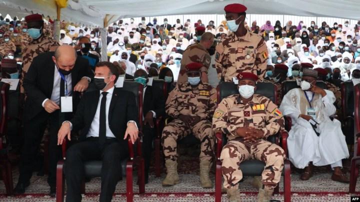 Le président français Emmanuel Macron assis aux côtés de Mahamat Idriss Deby aux funérailles d'État du défunt président tchadien Idriss Deby Itno, à N'Djamena, le 23 avril 2021.